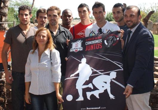La-Presidenta-del-C.A.-Fent-Cami-con-sus-atletas-y-el-Director-Huracan-C.F.-en-Bioparc-Valencia